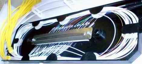 Кассета (сплайс-пластина) с уложенным оптическим волокном в боксе оптического кросса